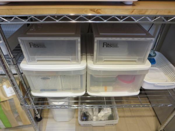 メタルラックに収納ケースを並べる