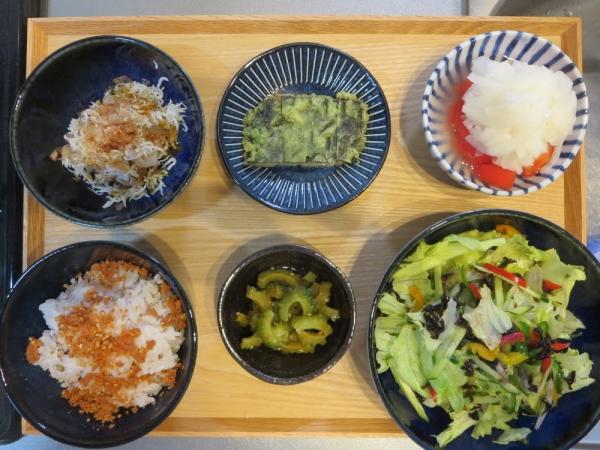 KEYUCA(ケユカ)木製トレイに食事をのせた所