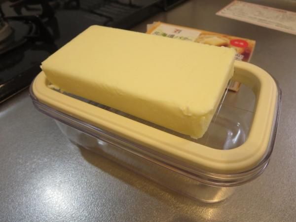 北海道バター150gをワイヤープレートにのせる