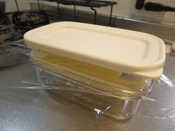 ワイヤープレートにのせた北海道バター150gの上にラップをして蓋で押す