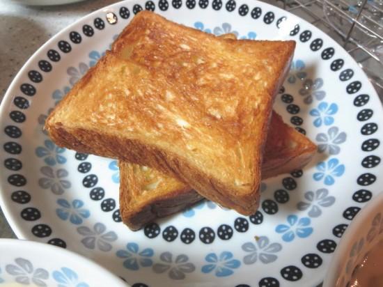 ポーランド食器 ポタリーフィールドに食パンを盛り付け